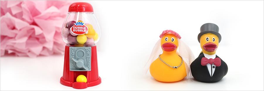 Wat-zijn-leuke-huwelijksbedankjes-voor-kinderen-gumball-machine-badeendjes-bruidspaar